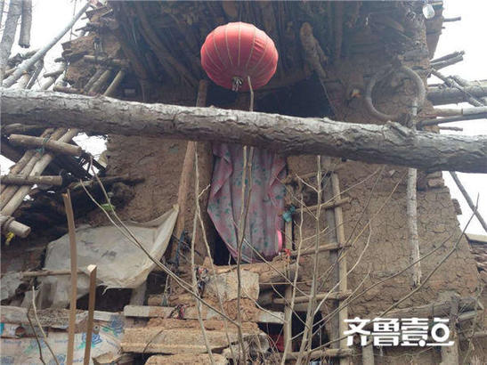 A shot of the rickety entryway to Hu Guangzhou's home. (Weibo.com)