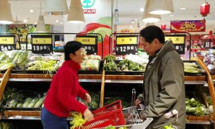 Photographs of Li Xiaopeng (right), the governor of Sichuan Province, buying vegetables were thought to be set up for propaganda purposes. (Weibo.com)
