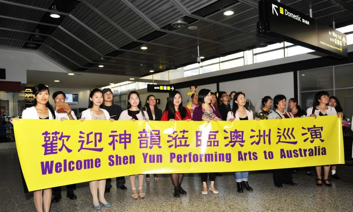 Shen Yun fans welcoming the Shen Yun World Company to Melbourne. (Epoch Times)