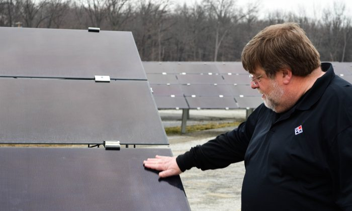Richard Goldberg explains how solar panels work at President Container Group in Wallkill on Feb. 1, 2016. (Yvonne Marcotte/Epoch Times)