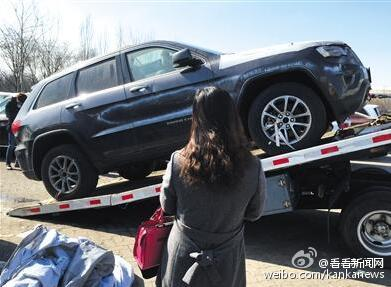 A customer and her newly-bought Grand Cherokee on Feb. 25. (Sina Weibo)
