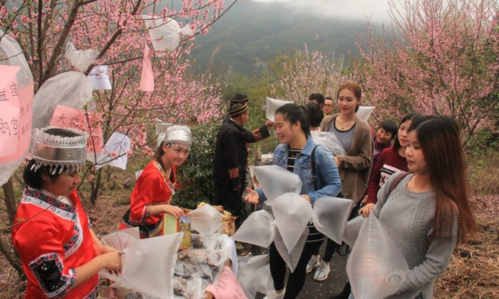 Vendors sell air in plastic bags in Guangdong on March 19. (Sina)