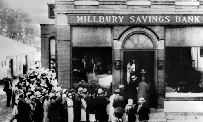 People rush to a saving bank in Millbury, Mass., on Oct. 24, 1929, as Wall Street in New York crashed sparking a run on banks that spread accross the country. (OFF/AFP/Getty Images)