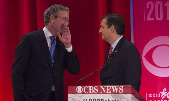 Republican presidential candidates Jeb Bush (L) and Ted Cruz (R) talk during a commercial break. (Photo credit should read JIM WATSON/AFP/Getty Images)