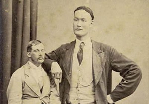 Well-known Chinese giant Zhan Shicai of the 19th century. (via Toutiao.com)