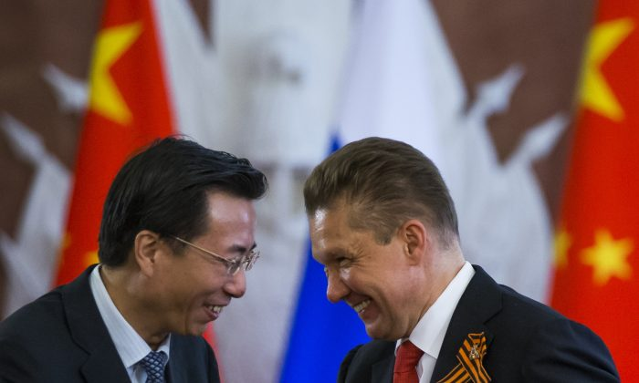 Wang Dongjin (L), vice president of China National Petroleum Corporation (CNPC), and Alexei Miller, CEO of Russian natural gas giant Gazprom at a bilateral ceremony in Moscow on May 8, 2015. (AP Photo/Alexander Zemlianichenko)
