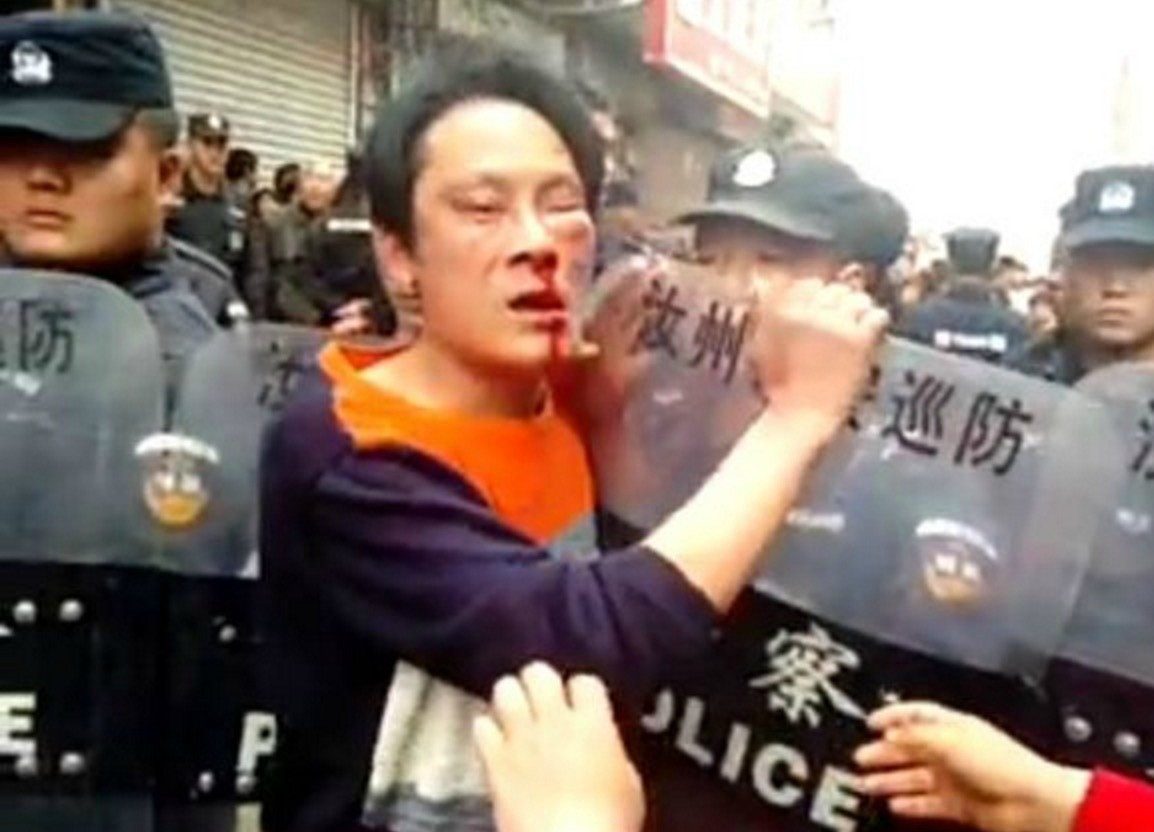 Chinese Policeman Beats Security Guard for 50-Cent Parking Fine