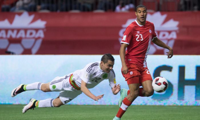 Mexico's Paul Aguilar (L) tries to stop Canada's Tesho Akindele in FIFA World Cup qualifying soccer in Vancouver on March 25, 2016. (The Canadian Press/Darryl Dyck)