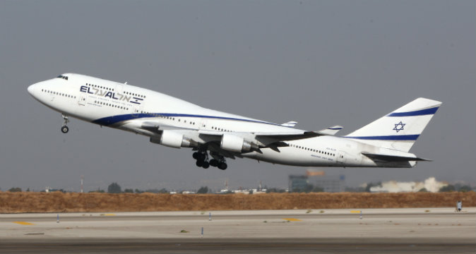 A Boeing 777-200 from Israeli airliner EL-AL takes off from Ben Gurion International airport on October 28, 2009.  (JACK GUEZ/AFP/Getty Images)