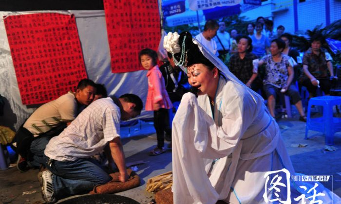A woman making a mourning performance at a Chinese funeral. (Via West China Metropolis Daily)