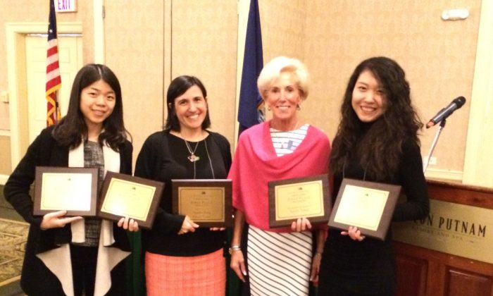 Michelle Rea, executive director of NYPA (2nd right), and staff members from Epoch Times hold five first-place awards won at the 2016 New York Press Association and Trade show in Saratoga Springs, N.Y., on April 9, 2016. (L-R) Designer Marie He, Digital Chief Editor Cindy Drukier, Michelle Rea of NYPA, Designer Kayla Zhu. (Epoch Times)