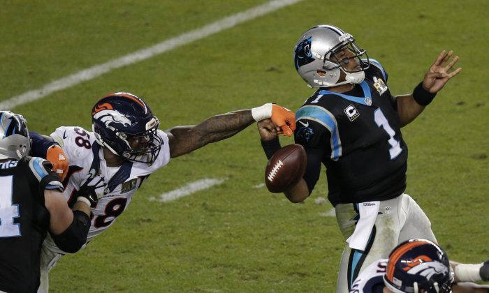 Von Miller (L) stripped the ball from Cam Newton twice in Super Bowl 50 for a pair of crucial forced fumbles that led directly to a pair of Denver TDs in the Broncos' 24–10 win over the Panthers. (AP Photo/Charlie Riedel)
