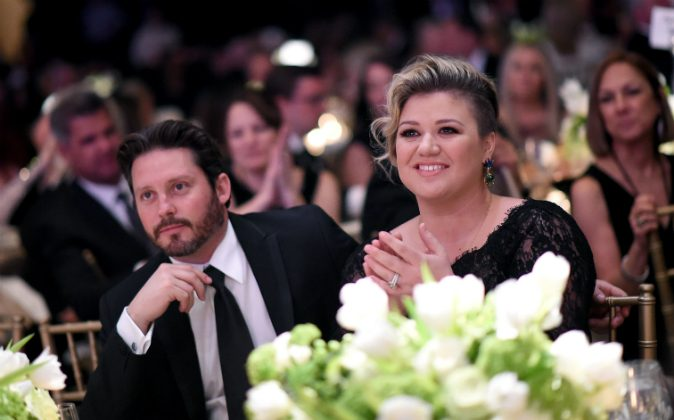 Kelly Clarkson Jokes 'Wine Is Necessary' When Raising Four Kids!
