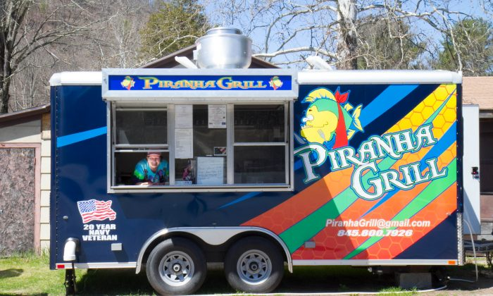 The Piranha Grill food truck located at 209 and Prospect Hill in Deerpark on April 16, 2016. (Holly Kellum/Epoch Times)