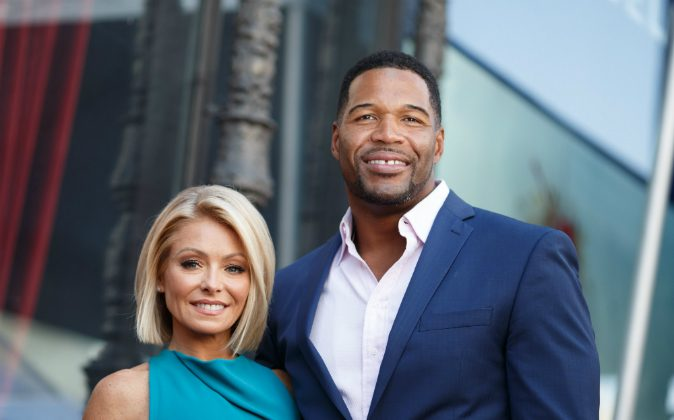 Television host Kelly Ripa (L) and Michael Strahan attend the Hollywood Walk of Fame on October 12, 2015 in Hollywood, California. (Photo by Mark Davis/Getty Images)