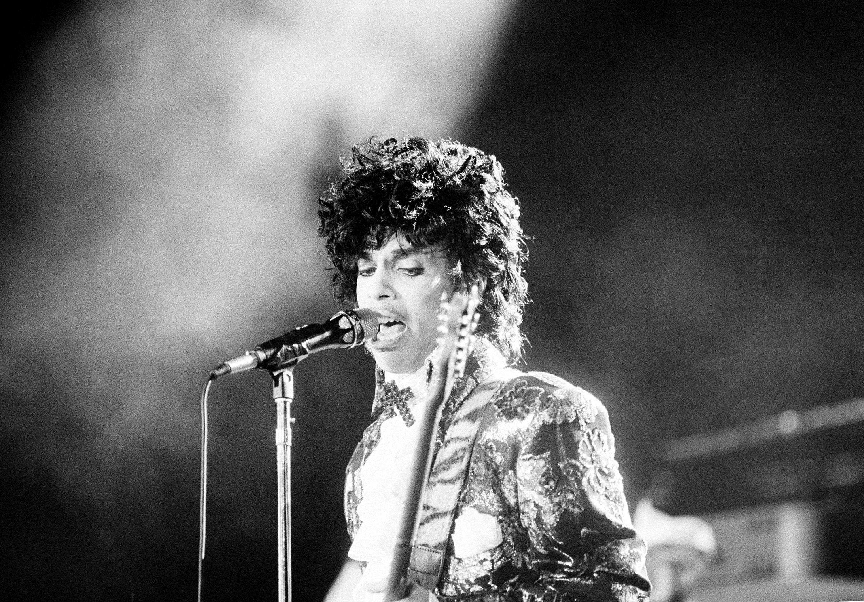 Police Investigating Prince's Death Are Focusing on Painkillers