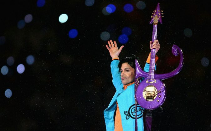 Prince performs during the 'Pepsi Halftime Show' at Super Bowl XLI between the Indianapolis Colts and the Chicago Bears on February 4, 2007 at Dolphin Stadium in Miami Gardens, Florida. (Photo by Jonathan Daniel/Getty Images)