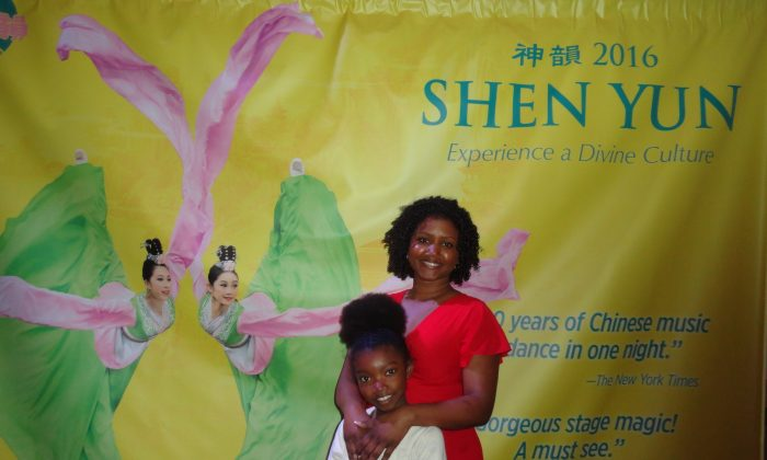 Lavinia Volney-Brown and her daughter Zurief enjoying an afternoon with Shen Yun at Toronto's Sony Centre, Sun, April 24, 2016 (Madalina Hubert/Epoch Times)