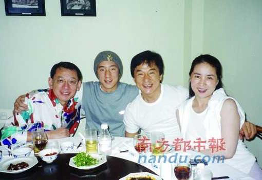 Jacky Chan and his wife and son dining with Empire Group boss, Albert Yeung. (Internet Photo)