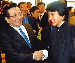 Jacky Chan shaking hands with Zeng Qinghong. (Internet Photo)