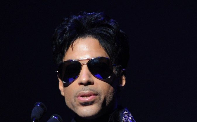 NEW YORK - OCTOBER 14:  Singer/musician Prince makes an announcement at The Apollo Theater on October 14, 2010 in New York City.  (Photo by Stephen Lovekin/Getty Images)