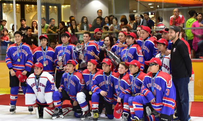 HK Select winners of the Bantam A division of the Youth Hokey 5's at Mega Ice on Saturday April 30, 2016. (Bill Cox/Epoch Times)