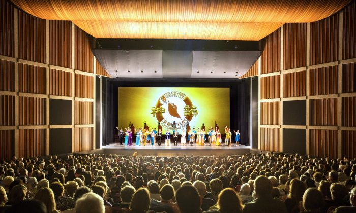 Shen Yun performers take a curtain call at Hamilton Place Theatre in Hamilton, where they played to a full house on May 10, 2016. (Evan NIng/Epoch Times)