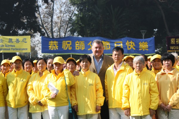 Craig Kelley, Liberal Federal Member for Hughes stands with Falun Gong practitioners in Sydney's Hyde Park on May 7, 2016. (Epoch Times)