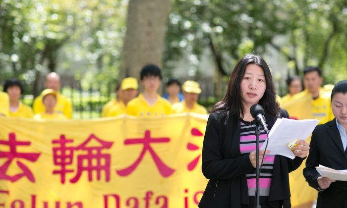 Lu Shiyu tells her story at City Hall in New York on May 11, 2016, of how she was persecuted inside China for practicing Falun Gong. (Benjamin Chasteen/Epoch Times)