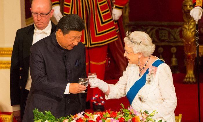 Chinese leader Xi Jinping (L) and Britain's Queen Elizabeth II attend a state banquet at Buckingham Palace on October 20, 2015 in London, England.  (Dominic Lipinski - WPA Pool /Getty Images)