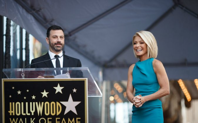 Talk show hosts Kelly Ripa (R) and Jimmy Kimmel attend the Hollywood Walk of Fame on October 12, 2015 in Hollywood, California. (Photo by Mark Davis/Getty Images)