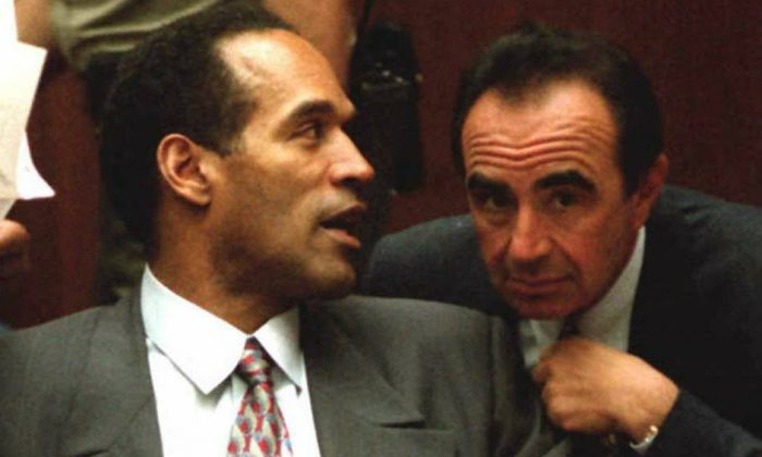 O.J. Simpson (L) talks with attorney Robert Shapiro during an 18 January court hearing in Simpson's double-murder case in Los Angeles, California. (Vince Bucci/AFP/Getty Images)