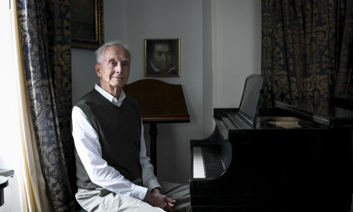 Raymond Beegle at the piano in his home in New York City on May 19, 2016. (Samira Bouaou/Epoch Times)
