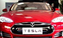 Driver Fast Asleep as Tesla Autopilot Cruises Through Traffic