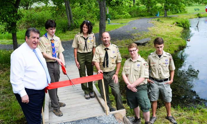 (L-R) Mayor Joseph DeStefano, Eagle Scout Wiley Matthews, assistant scoutmaster Debbie Levin, scoutmaster Todd Matthews, and other eagle scouts at the dedication of a walking bridge at Maple Hill Park in Middletown on May 27, 2016. (Yvonne Marcotte/Epoch Times)