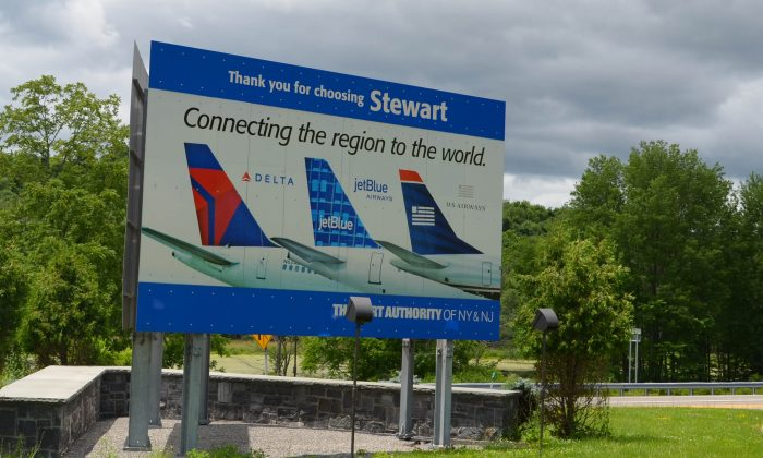 Sign leaving Stewart International Airport in New Windsor on July 1, 2015. (Yvonne Marcotte/Epoch Times)