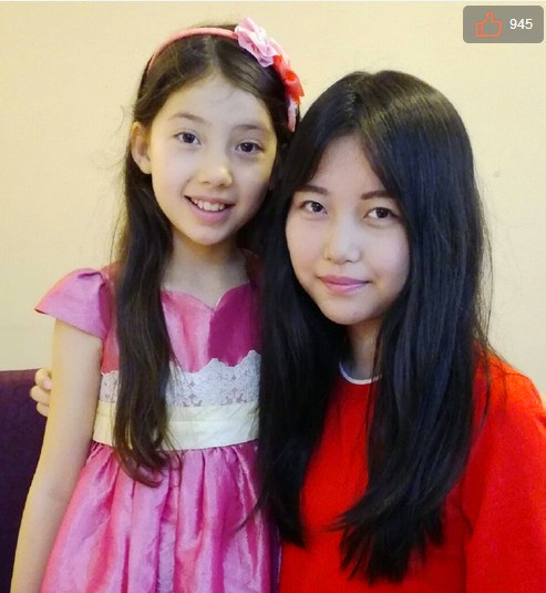 Zhan Haite (R) poses with a Chinese child model. (via Sina Weibo)