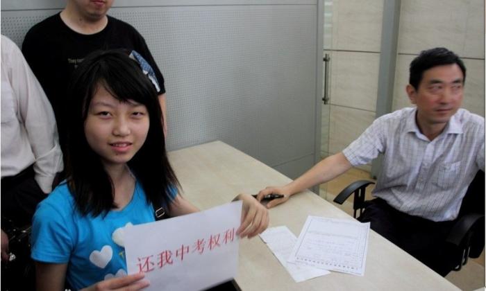 "Zhan Haite holds a sign saying ""Return my right to take the high school entrance exam."" (via haiyaolaw.com)"