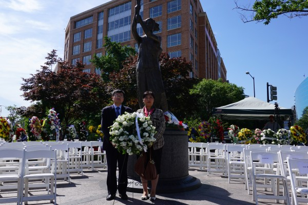 Representatives from the nonprofit Friends of Falun Gong lay wreaths underneath a memorial statue dedicated to victims of communist regimes at Washington, D.C., on June 10, 2016. (Lin Fan/Epoch Times)