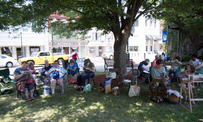 Over 20 people came out for the Knit in the Park event in Middletown on June 18, 2016 organized by American Needelworks owner James Prather. (Holly Kellum/Epoch Times)