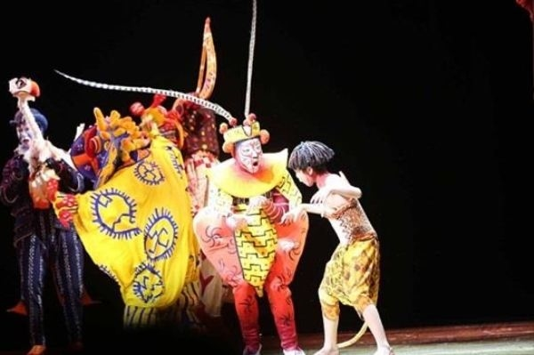 """Sun Wukong, the Monkey King from the classic Novel Journey to the West, features in """"The Lion King"""" theater production that premiered at the Shanghai Disney Resort on June 14. (via DBC)"""