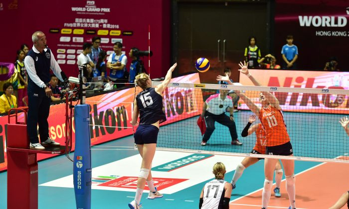 Play in the match between USA (Blue) and Netherlands (Orange) in the FIVB Volleyball World Grand Prix, Group 1, at Hong Kong on Saturday June 25, 2016. (Bill Cox/Epoch Times)