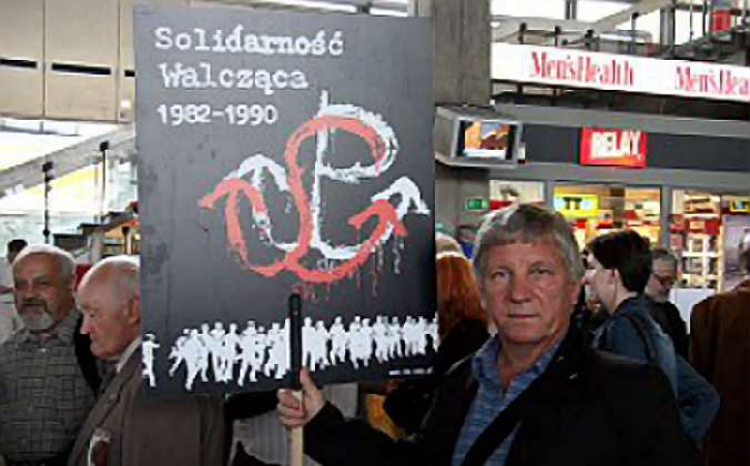 CELEBRATING VICTORY: Polish supporters of the anti-communist Fighting Solidarity organization gather to celebrate its 25th anniversary in Warsaw on June 14, 2007. (Jan Jekielek/The Epoch Times)