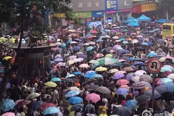 Crowds of protesters in Xiantao, Hubei Province, protests against a state-backed plan to construct a waste incineration power plant. (via Sina Weibo)