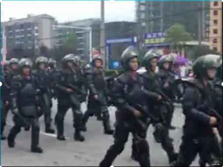 Riot police deployed to the scene. (Screenshot via Sina Weibo)