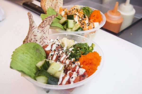 Poke bowls from Ohana Poke are made with local seafood and sushi rice seasoned with Korean yuzu tea. (Annie Wu/Epoch Times)