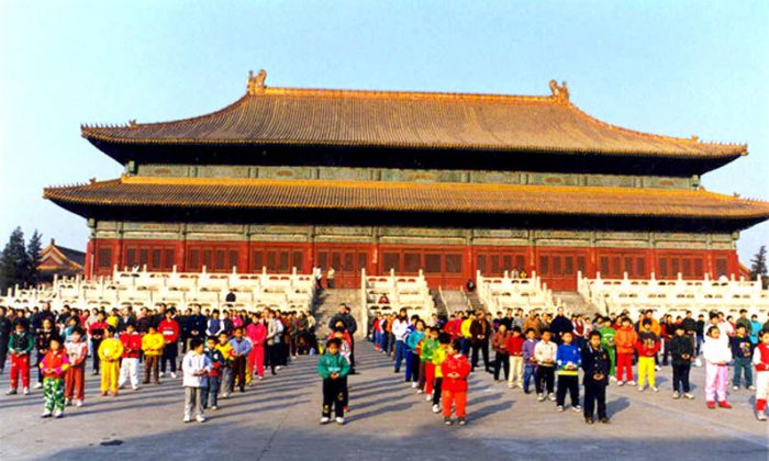 Practitioners of the Falun Gong spiritual practice doing standing exercises in Beijing before the persecution began in 1999. (Courtesy of Minghui.org)