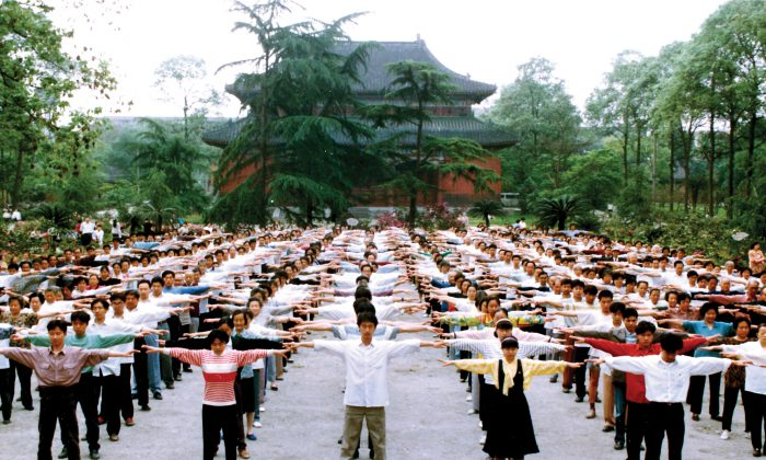 Falun Gong practitioners exercise in Chengdu, China's Sichuan Province before the persecution began in 1999.  (courtesy of en.minghui.org)