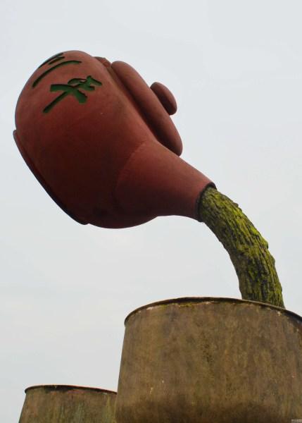 The teapot construction in Chongqing. (via Netease)