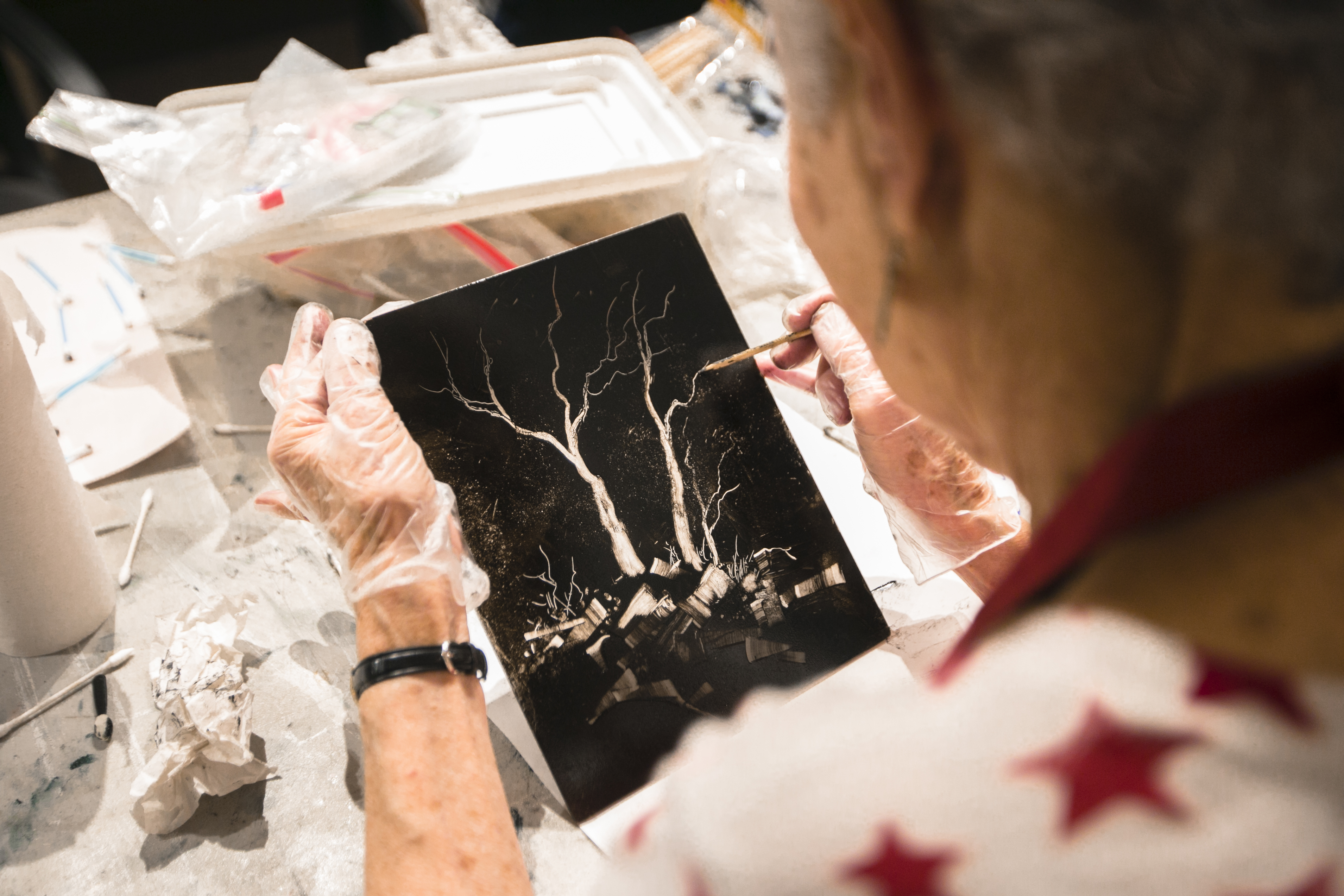 A woman draws on a plate to create a monotype at the Salmagundi Club on July 12, 2016. (Samira Bouaou/Epoch Times)